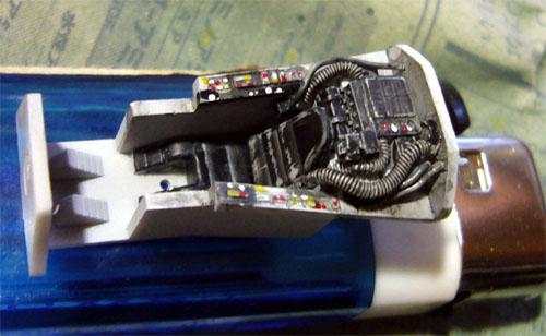 サフを吹いた後、グレーFS36495で全体を塗装して、機器類をフラットブラック、ホース類をニュートラルグレーで筆塗りしました。 両脇のコンソールもブラックの